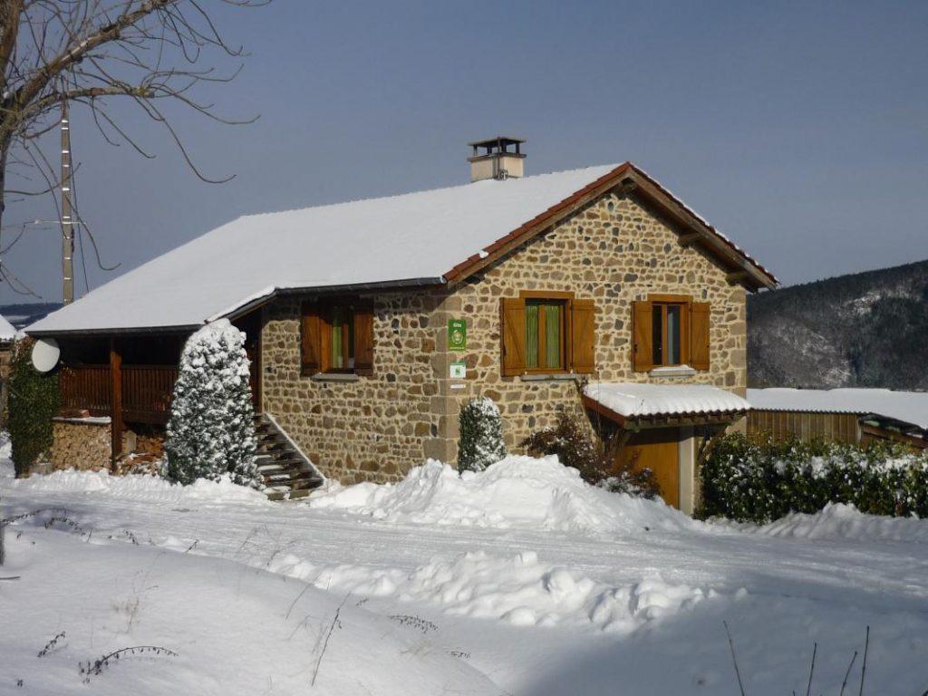 Gîte la Fenière des hautes Chaumes en hiver situé dans le forez proche de Chalmazel